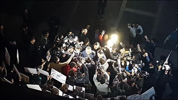 25일 경찰이 서울 중구에 위치한 TV조선 보도본부의 압수수색 영장을 발부받은 가운데, 경찰 관계자와 TV조선 기자들이 대치하고 있다./박현익 기자