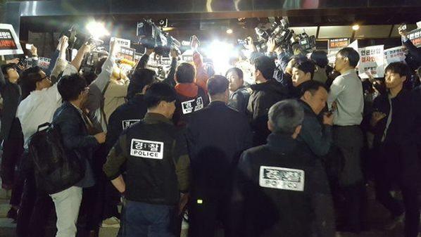 25일 경찰이 서울 중구에 위치한 TV조선 보도본부의 압수수색 영장을 발부 받아 진입을 시도하고 있다. /안소영 기자