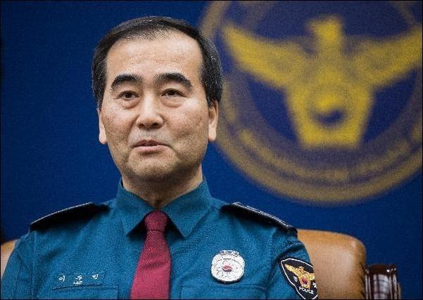 '드루킹 사건' 수사를 지휘하는 이주민 서울지방경찰청장은 '증거인멸 수사'의 마침표를 찍었다. 그는 수사초기 시점에 기자회견을 열어 더불어민주당 김경수 의원이 혐의가 없다는 취지의 말을 쏟아냈다. 이는 사실이 아닌 것으로 밝혀졌다. /오종찬 기자