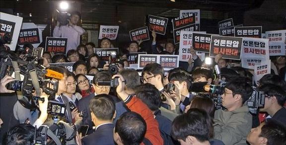 경찰이 25일 서울 태평로 TV조선 보도본부에 대한 압수수색을 시도하고 있다./성형주 기자
