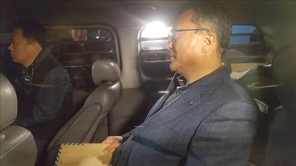 25일 경찰이 TV조선에 대한 압수수색을 시도했으나 20분 만에 철수했다. 이호선 파주경찰서 형사과장이 현장에서 빠져 나온 뒤 경찰 차량에 탑승하고 있다. /안소영 기자