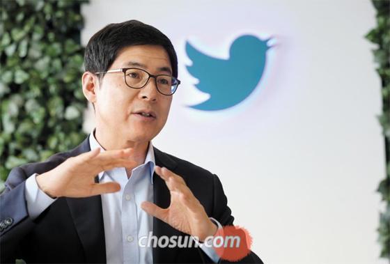 """신창섭 트위터코리아 대표는 """"10~20대 사용자가 많은 트위터는 5년 뒤가 더 기대되는 소셜미디어""""라고 말했다."""