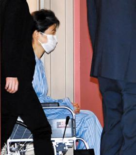 외부진료 마치고… - 9일 박근혜 전 대통령이 서울 서초구 강남성모병원에서 허리 통증 치료를 마친 뒤 휠체어를 타고 병원을 나서고 있다. 국정 농단 사건 피고인으로 서울구치소에 수감 중인 박 전 대통령은 이날로 5번째 외부 진료를 받았다.