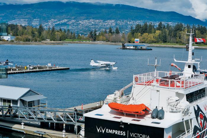 캐나다 플레이스 해안가에서 수상 비행기가 날 준비를 하고 있다.