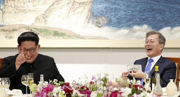 4·27 남북정상회담 만찬에서 김정은 북한 국무위원장과 문재인 대통령이 크게 웃고 있다. /한국 사진 공동취재단