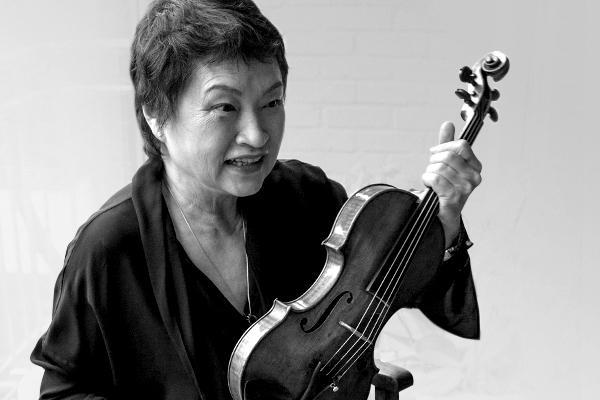 '현의 마녀'에서 '현의 현자'로 돌아온 칠순의 정경화. 6세 바이올린을 잡은 그녀는 9세에 서울시립교향악단과 협연, 13세에 줄리아드 음악원에 장학생으로 입학했다. 60년대부터 미국과 유럽을 장악한 최초의 한류 스타이자 바이올린 거장이었다./사진=조인원 기자