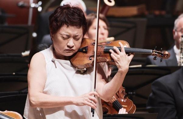 올해 3월 통영국제음악당 콘서트홀에서 보훔 심포니 오케스트라와 브람스 바이올린 협주곡을 협연 중인 정경화. 청중을 완전히 사로잡았다.