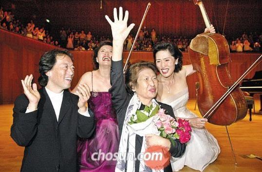 2004년 9월 예술의 전당에서 음악회를 마치 정트리오와 어머니 이원숙 씨. 정경화는 아버지(1980년), 어머니(2011년)가 돌아가셨을 때 장례식장에서 바흐의 G선상의 아리아를 연주했다.