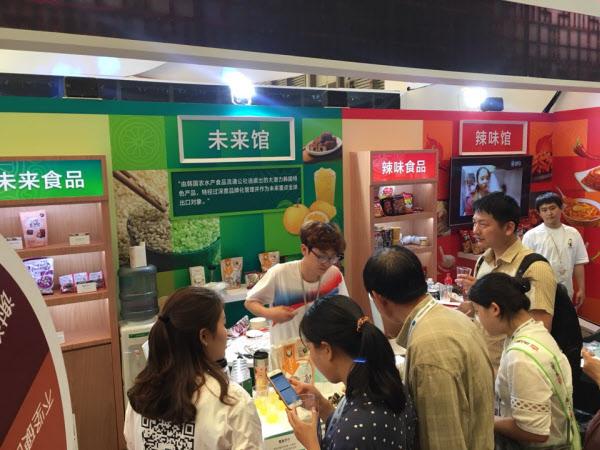 aT 제공 중국 상하이에서 열린 식품박람회장의 한국관. 중국인들이 '미래클 관'을 살펴보고 있다.