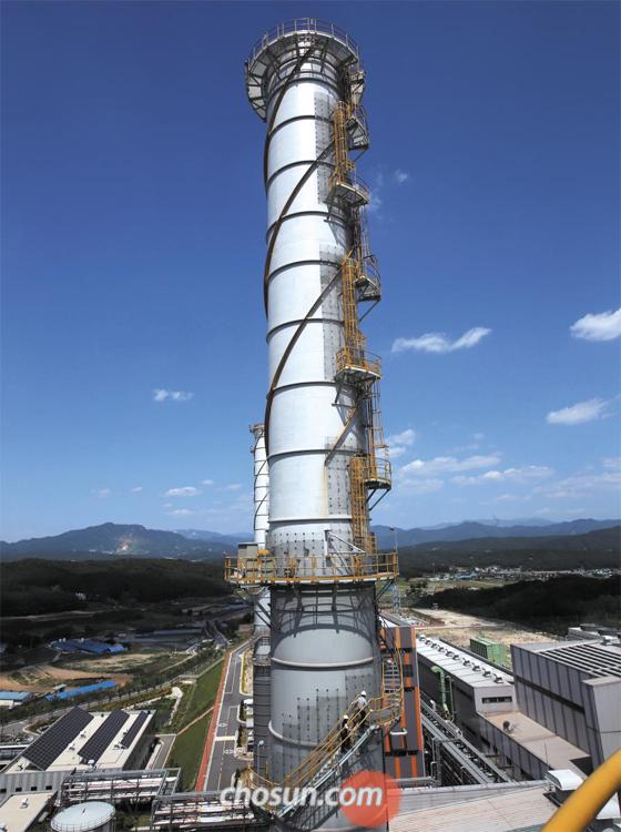 경기도 포천시 LNG 복합화력발전소 '포천파워'에서 직원들이 배출 가스 오염도를 확인하기 위해 설비를 점검하고 있다. 정부가 탈원전 정책을 추진하면서 LNG 발전량을 늘리자, 최근 민간LNG 발전사들은 수백억원의 영업이익을 올렸다.