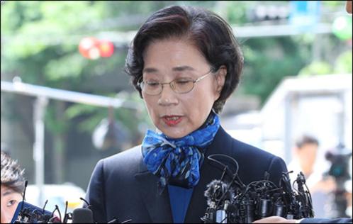 이명희 일우재단 이사장이 지난 28일 서울지방경찰청에 조사를 받기 위해 출석하고 있다./ 박상훈 기자