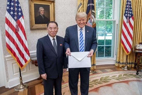 도널드 트럼프 미국 대통령이 2018년 6월 1일 백악관을 방문한 김영철 북한 노동당 부위원장으로부터 김정은의 친서를 전달받고 대통령 집무실에서 기념사진을 찍고 있다. /댄 스카비노 백악관 소셜미디어 국장 트위터