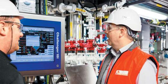 지난 5일(현지 시각) 아일랜드 스워즈시에 있는 SK바이오텍 공장에서 직원들이 의약품이 생산되는 과정을 자동화 시스템을 통해 살펴보고 있다.