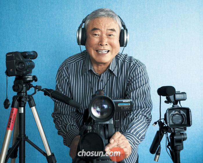 """1인 방송국 '문화재방송 한국'을 10년간 운영해온 김종문씨가 그동안 사용한 카메라들 뒤에 서 있다. """"문화재에 미친 노인이지만 말년을 보람 있게 산다는 자부심이 있다""""고 말했다."""