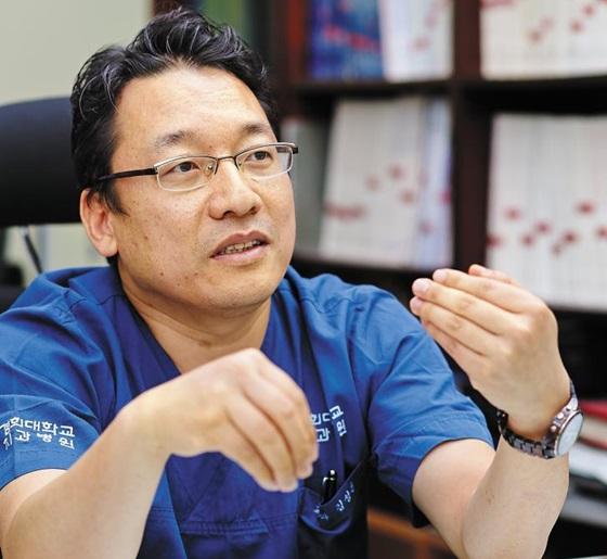 김성훈 경희대치과병원 교정과 교수가 바이오 급속 치료법에 대해 설명하고 있다.