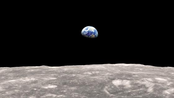 달에서 본 지구 모습. 달이 지구에서 멀어지면서 해마다 지구 자전 속도도 조금씩 느려지고 있다.