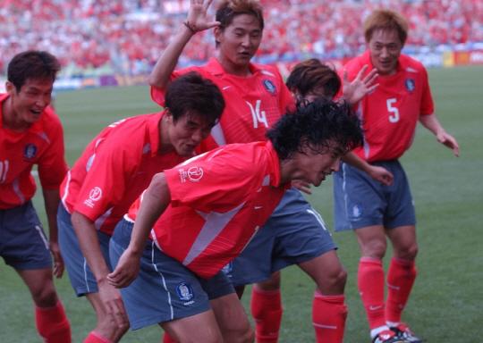 한일월드컵 미국전 안정환의 골 직후 오노 세리머니.
