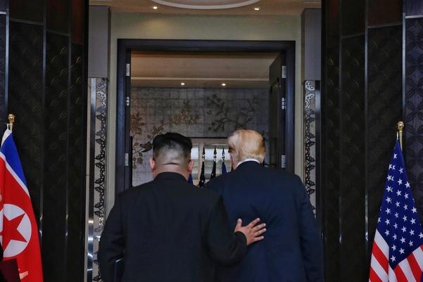 지난 12일 싱가포르 센토사섬 카펠라호텔에서 진행된 미북정상회담에서 공동 성명 서명을 마치고 트럼프 대통령과 김정은 위원장이 퇴장하고 있다. /싱가포르 MCI 제공