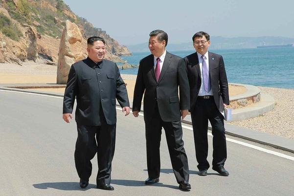 김정은(왼쪽) 북한 국무위원장과 시진핑 중국 국가주석이 2018년 5월 8일 중국 랴오닝성 다롄에서 3월에 이어 2차 북·중 정상회담을 하며 산책하고 있다./연합뉴스·노동신문