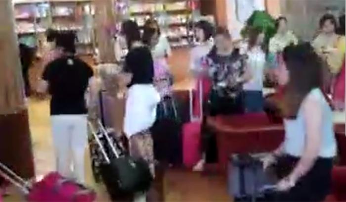 최근 평양의 한 호텔 로비에서 중국 관광객들이 북적이고 있는 모습. 중국의 한 네티즌이 25일 중국 인터넷 포털 바이두에 올린 동영상에 담긴 장면으로 평양을 찾은 중국인 관광객이 찍은 것으로 추정된다. 6월 들어 북한을 찾는 중국인 단체 관광객이 급증하고 있다.