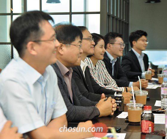 부산·울산·경남 지역 중견기업 임직원들이 지난달 27일 부산 해운대구의 투자 회사 사무실에 모여 스타트업 투자 특강을 듣고 있다.