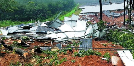 지난 2~3일 내린 비에 경북 청도군 매전면의 야산에 설치됐던 태양광 패널이 붕괴해 흙더미 위에서 나뒹굴고 있다.