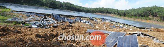 4일 오후 경북 청도군 매전면의 야산에 설치됐던 태양광 패널이 호우로 붕괴되면서 흙더미에 깔려 있다.