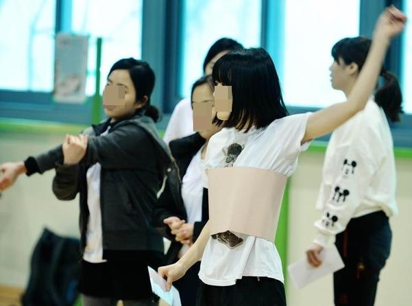 경찰공무원(순경) 채용 신체·체력 검사 응시자들이 검사를 준비하고 있다./조선일보DB