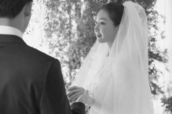 지난 3월 '깜짝 결혼' 당시 최지우의 웨딩사진을 통해 공개된 남편의 뒷모습 ./YG엔터 제공