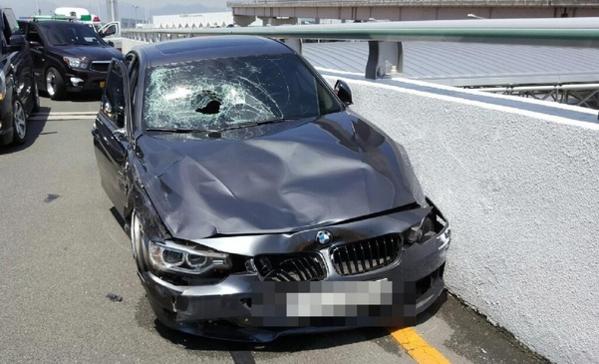 지난 10일 부산 강서구 김해국제공항 국제선 청사 진입로에서 BMW 승용차가 과속으로 운행하다가 도로변에서 손님 짐을 내려주던 택시기사를 치어 중태에 빠뜨렸다. 사진은 A씨가 타고 있던 BMW 사고차량 3시리즈의 모습. /뉴시스