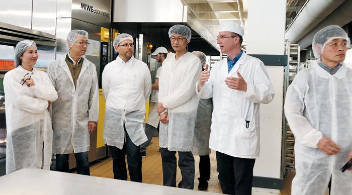 31년 만에 유럽을 함께 찾은 한울회 회원들이 유럽의 제빵 시설을 견학하는 모습./한울회 제공