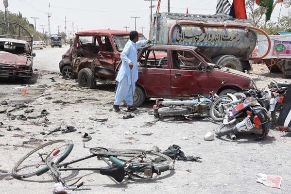25일(현지 시각) 파키스탄 발루치스탄주 주도 퀘타의 총선 투표소에서 발생한 자살 폭탄 테러 현장. /연합뉴스