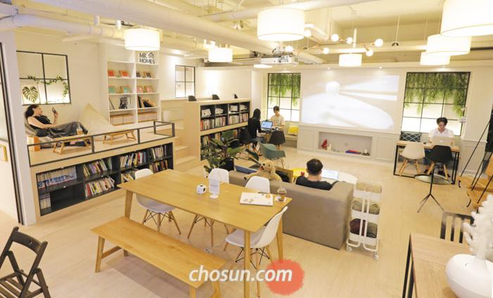 서울 갈월동 '홈즈리빙라운지'는 가정집 거실처럼 소파와 서가, 세탁실 등을 갖추고 있어 원룸에 사는 대학생과 직장인이 많이 찾는다. 1인 가구 비중이 커지면서 '공유 거실' 개념을 도입한 공간이 늘고 있다.