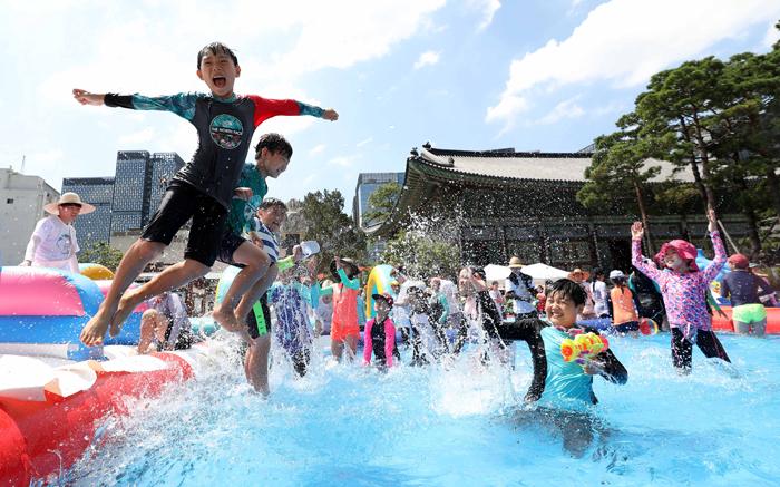 물놀이장으로 변신한 조계사 - 어른들은 더위에 지쳐 늘어지는데, 물 만난 아이들은 펄쩍펄쩍 뛰었다. 29일 서울 종로구 조계사에서 여름불교학교에 참가한 어린이들이 간이 수영장에 뛰어들고 있다. 이날 서울 낮 최고기온은 36.4도였다.
