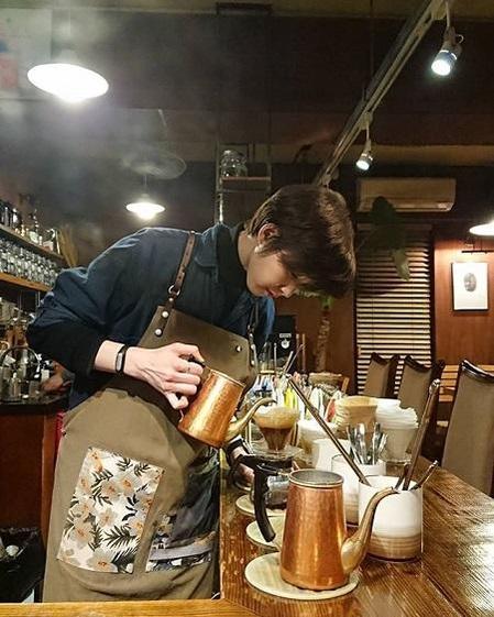 서울 종로구 한 카페에서 바리스타로 일하던 백목화./ 백목화 인스타그램