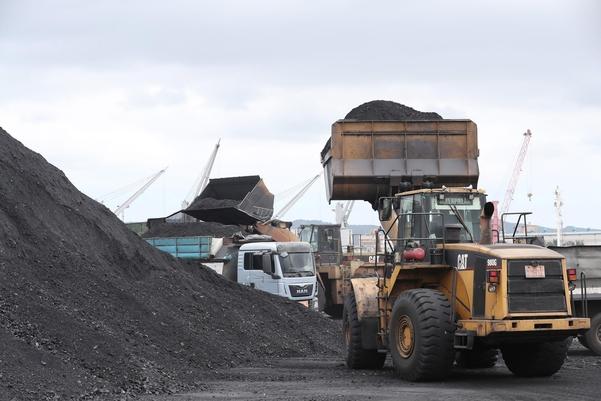 관세청은 10일 '북한산 석탄 위장 반입사건'에 대한 수사결과를 발표했다. 관세청에 따르면 국내 3개 업체가 지난해 4월부터 10월까지 7회에 걸쳐 총 66억원 상당의 북한산 석탄·선철 3만5038t을 국내로 불법 반입했다. 사진은 지난 7일 경북 포항신항 7부두에 정박한 진룽(Jin Long)호에서 석탄을 하역하는 모습. /연합뉴스