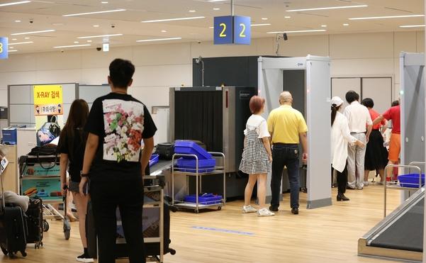 10일 오후 인천공항 입국장 내 엑스레이(X-ray) 검사대에서 여행객들이 짐 검사를 하고 있다. /남강호 기자