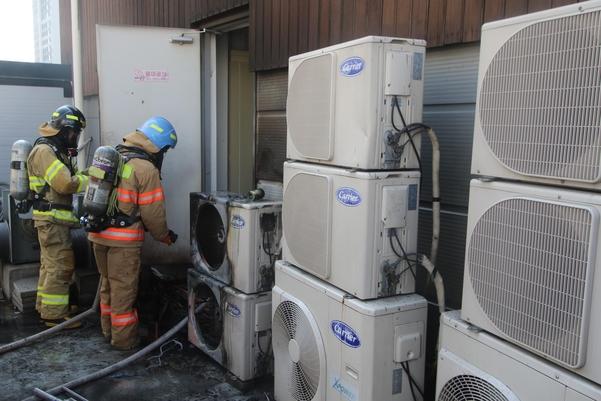지난 6일 오후 3시 37분쯤 인천시 연수구 송도동 한 상가건물 옥상에 설치된 에어컨 실외기에서 불이 나 소방당국이 진화하고 있다. /인천송도소방서 제공