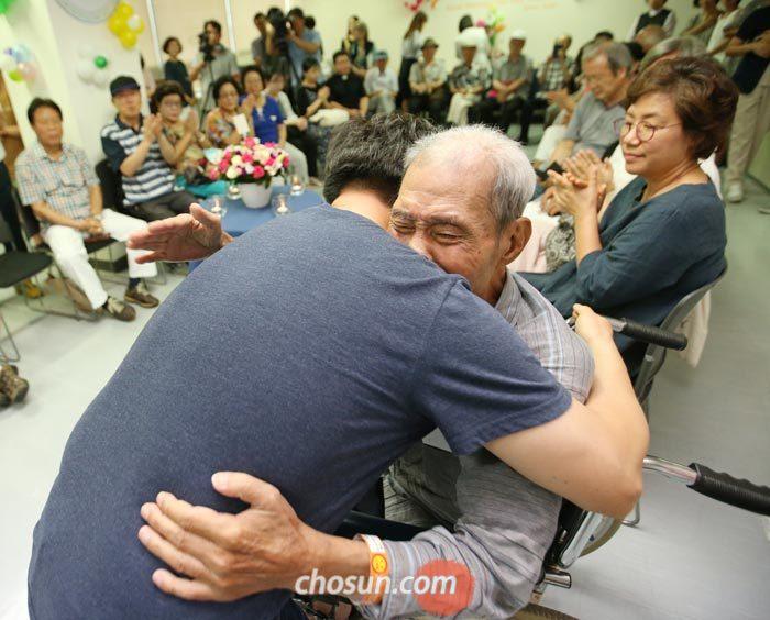 1년 전 전립선암 말기 판정을 받은 김병국(85)씨가 14일 서울 시립동부병원에서 열린 자신의'생전 장례식'에서 한 조문객과 포옹하고 있다.