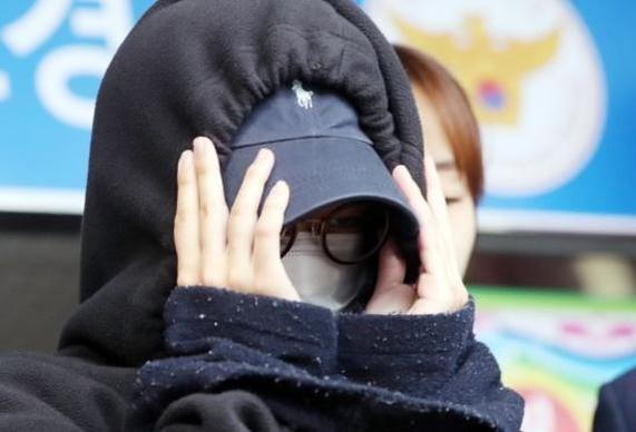 남성 모델의 나체 사진을 촬영해 인터넷에 유포한 혐의를 받는 20대 여성모델 안모(25)씨가 구속 전 피의자심문을 받기 위해 지난 5월 12일 서울 마포경찰서를 나서 서부지법으로 향하고 있다./뉴시스