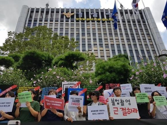 한국여성단체연합 등 29개 여성단체 회원들이 10일 낮 12시 서울 미근동 경찰청 앞에서 기자회견을 열고 '불법음란물 유포에 대한 편파수사 중단'을 요구하고 있다. /윤민혁 기자