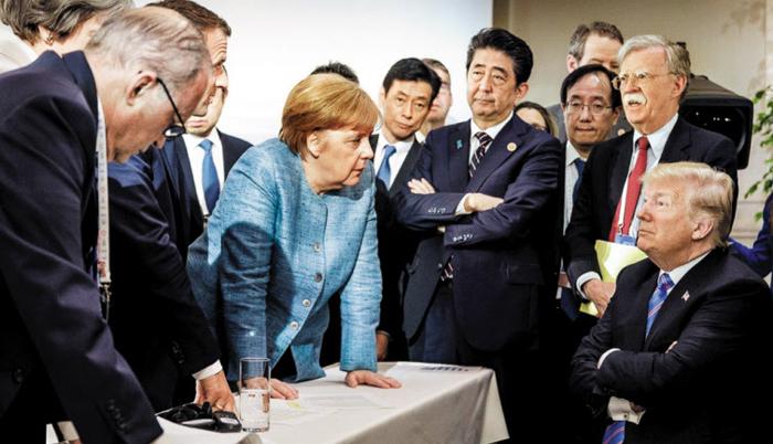 지난 6월 캐나다에서 열린 G7(주요 7개국) 정상회담에 참석한 각국 정상들. 트럼프 미국 대통령이 동맹·우방국들을 대상으로 무역전쟁을 일으킨 것에 대해 메르켈 독일 총리가 각국 정상을 대표해 항의하는 장면이다.