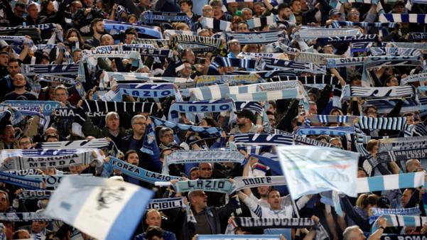 이탈리아 프로축구 리그 세리에A의 라치오 팬들이 응원하고 있는 모습. 라치오의 극성팬 울트라스는 시즌 개막전을 앞두고 경기장 특정 구역에 여성 출입 금지 구역을 설정한다는 내용의 성명을 발표했다. /스카이뉴스