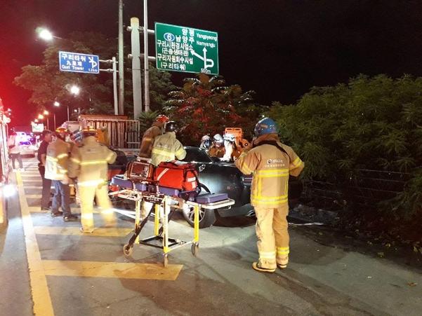 27일 오후 경기도 구리시 강변북로 토평나들목 인근에서 승용차가 25t 화물차를 들이받은 교통사고 현장에서 구조대가 구조활동을 하고 있다. 사고로 승용차에 타고 있던 2명이 숨지고 3명이 다쳤다. /구리소방서 제공