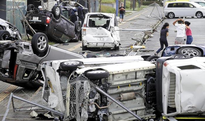 4일 태풍 '제비'가 상륙한 일본 오사카 시내에 강풍으로 파손된 차들이 나뒹굴고 있다.
