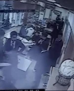 2017년 11월 26일 새벽 1시 발생한 강제추행 사건이 담긴 폐쇄회로(CC)TV 영상. 화면 우측에서 피의자 남성 A씨와 피해 여성 B씨가 다투고 있다./인터넷 커뮤니티 캡처