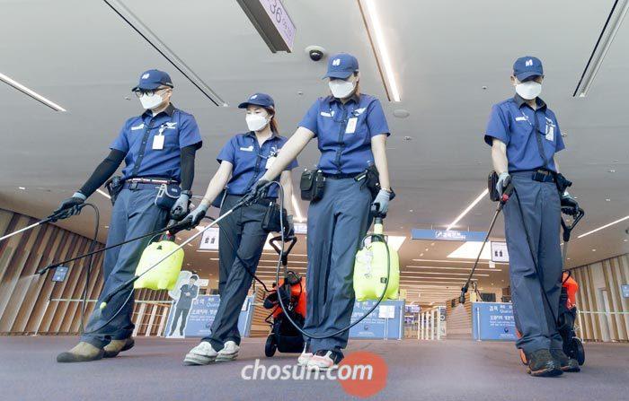 10일 오전 인천공항 2터미널에서 질병관리본부 국립검역소 관계자들이 승객 이동 통로를 소독하고 있다.