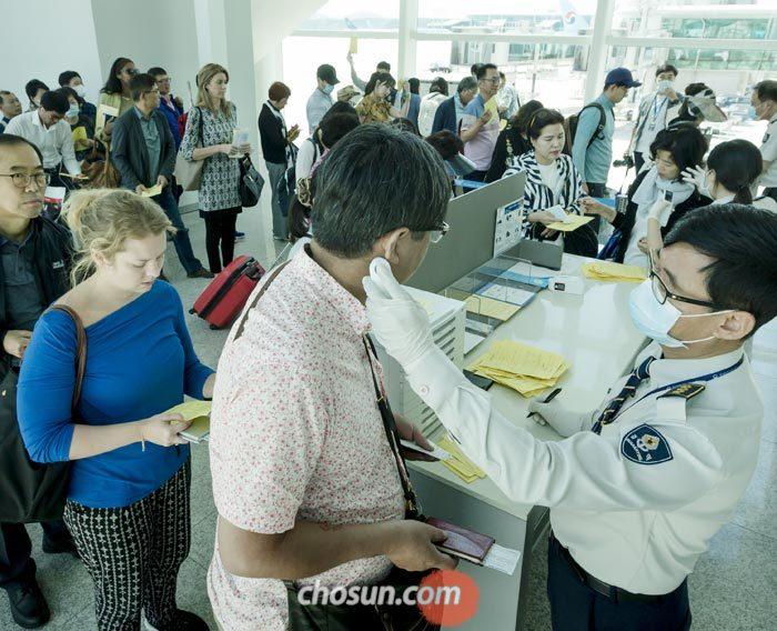 10일 질병관리본부 국립검역소 관계자들이 메르스 감염 여부를 확인하기 위해 인천공항 2터미널 게이트 앞에 나와 두바이에서 도착한 승객들의 체온을 재고 있다.