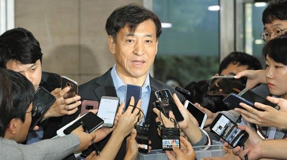 이주열 한국은행 총재가 27일 출근길에 기자들과 만나 미국 연방준비제도의 기준금리 인상과 관련한 질문에 답하고 있다.