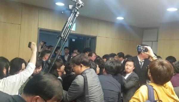 5일 국회의원회관에서 열린 '유치원 비리 근절을 위한 정책 토론회'에서 한유총 회원들이 방호과 직원들과 몸싸움을 벌이고 있다.